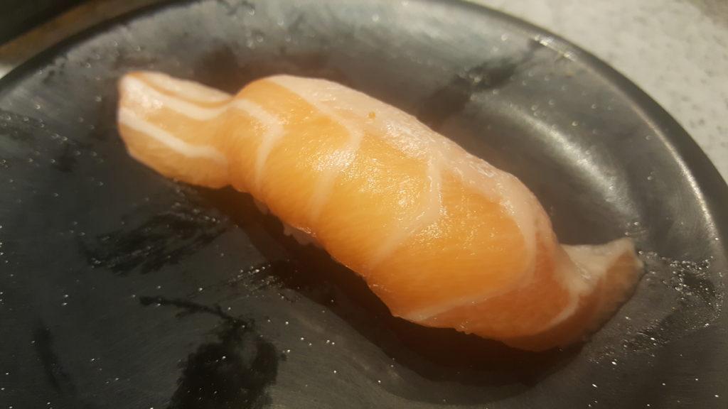 อันนี้เป็นซูชิหน้าท้องปลาแซลมอน ชุ่มฉ่ำมากอ่ะ