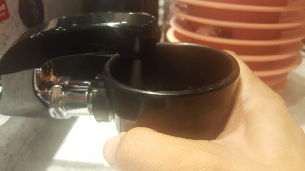วิธีเติมน้ำร้อนในถ้วยชา: เอาถ้วยชาดันเข้าไปที่ปุ่มด้านล่าง แล้วน้ำร้อนจะออกมาจากหัวด้านบน