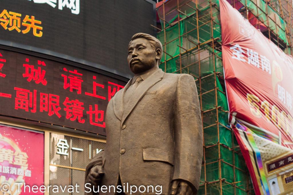 รูปปั้นนี้ หัวหน้าทัวร์บอก เป็นคนที่มีความสำคัญกับเมืองฉางชามากคนนึงเลยล่ะ