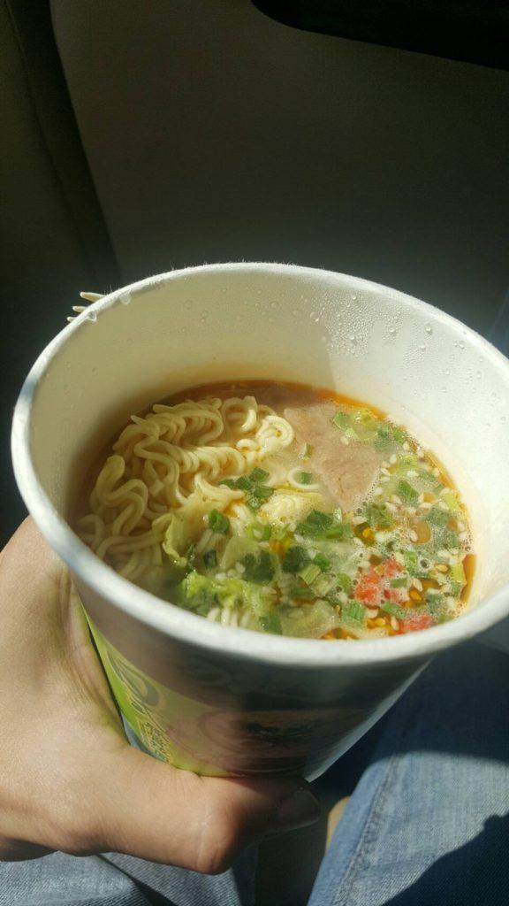 นั่งกินมาม่าจีนเป็นอาหารกลางวัน