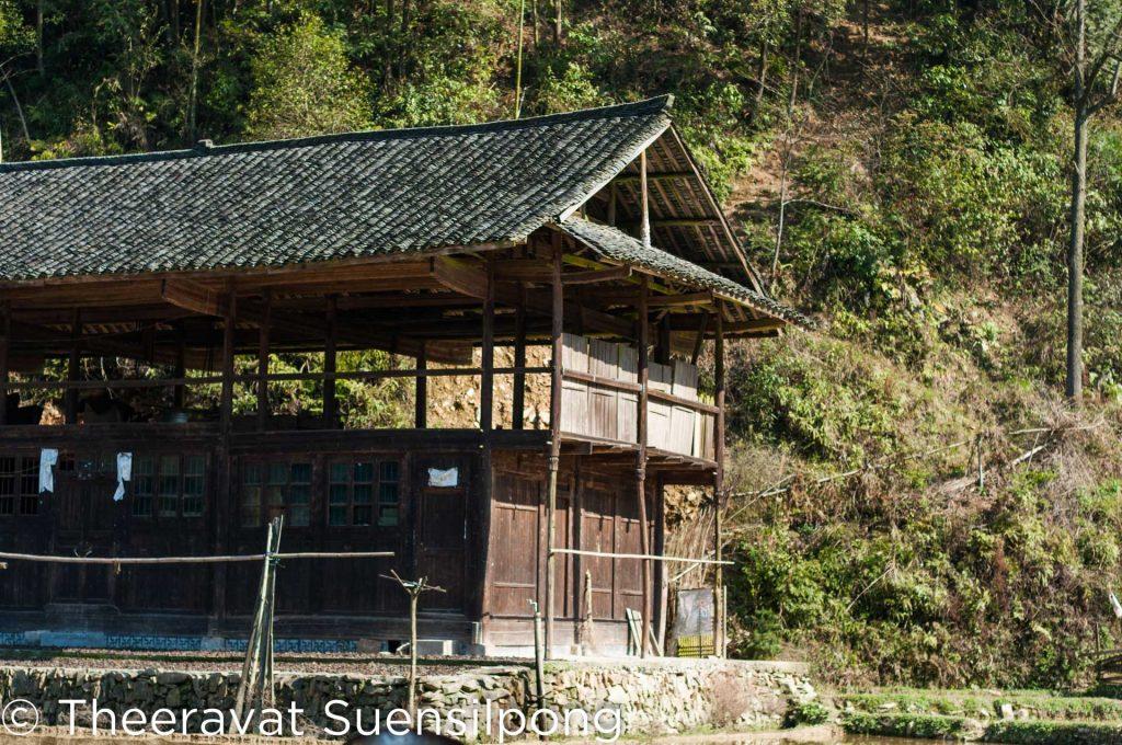 บ้านในหมู่บ้านแบบเก่า จะเป็นบ้านไม้ หลังคามุงกระเบื้องแบบเก่า