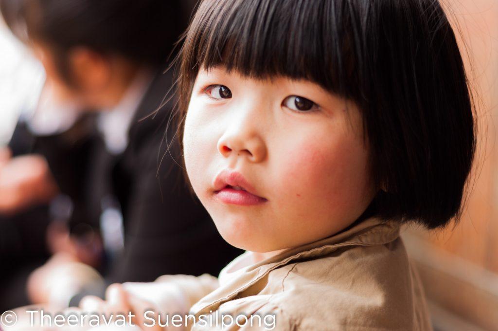 ถ่ายรูปเล่นกับเด็กจีน