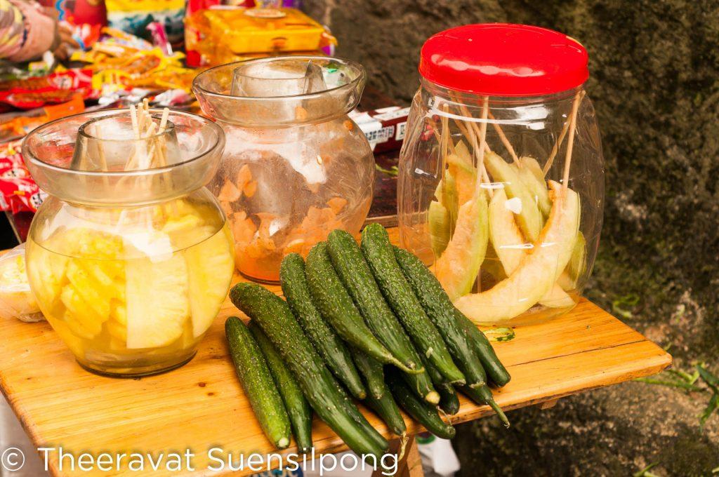 ผักผลไม้ที่มีขายที่จุดพักบนเขา มีแตงกวาสับปรดด้วย