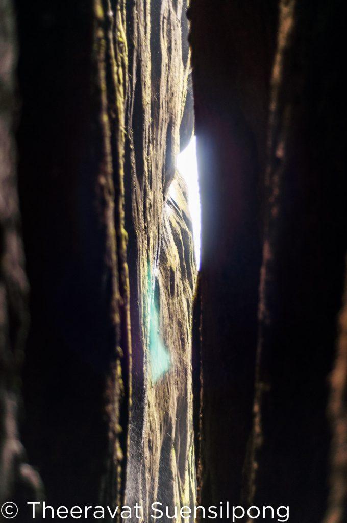 เงยหน้าขึ้นไป จะเห็นแสงที่ลอดลงมาตามช่องเขา